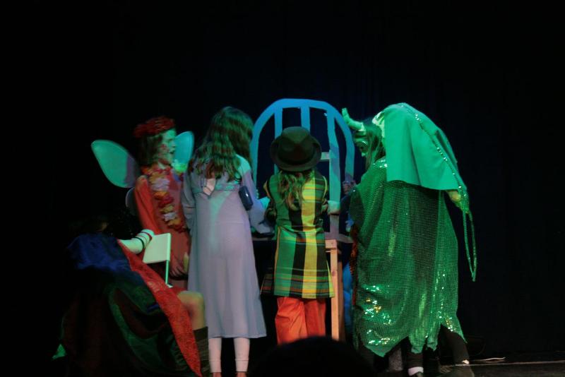...und nachdem die Hexe in Ohnmacht gefallen ist, holen sie mit vereinten Kräften Tizia aus dem Käfig.