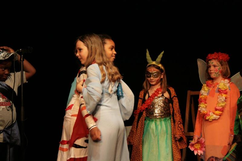 Malunja nimmt der bösen Hexe die Maske ab und - siehe da - es ist die totgeglaubte Mutter der Kinder!