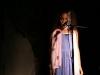 Und Action! Erzählerin Luku betritt die Bühne.
