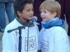 Naim und Theo singen 'die Elbelfenkinder'.
